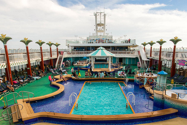 Panoramic shot of the pool deck on Norwegian Pearl
