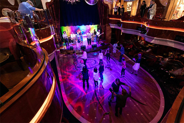 People dancing at the BB King's Blues Club on Koningsdam