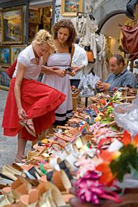 women-shoe-shopping-italy