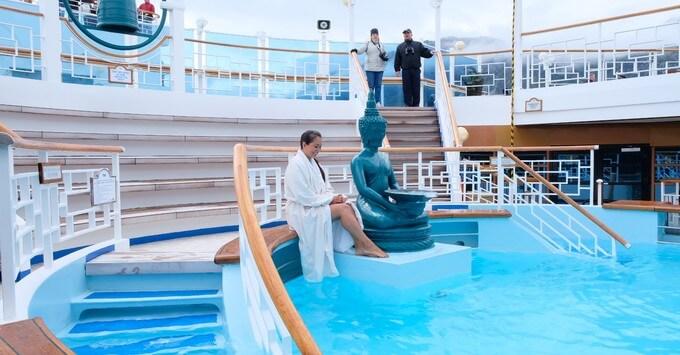 Soaking tub on a Princess cruise ship