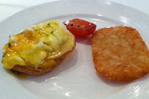 Disney-Dream-Eggs-Benedict